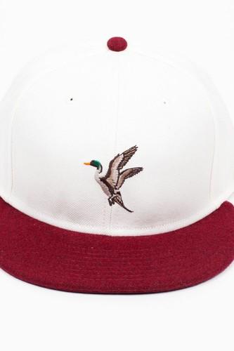 Бейсболка BEASTIN Hunted (White-Maroon, O/S)