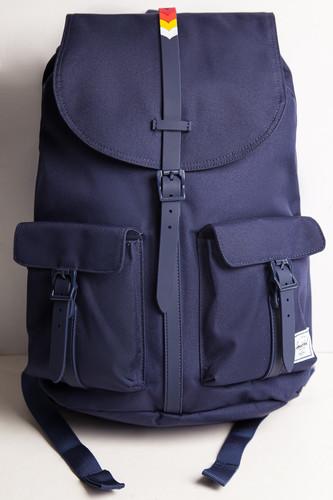 купить Рюкзак HERSCHEL Dawson (Peacoat/Rainbow Chevron Rubber) по цене 5950 рублей